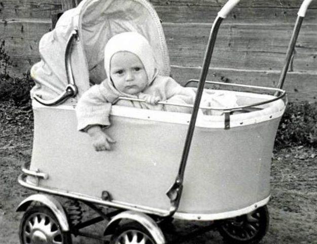 Коляска с младенцем, старое фото