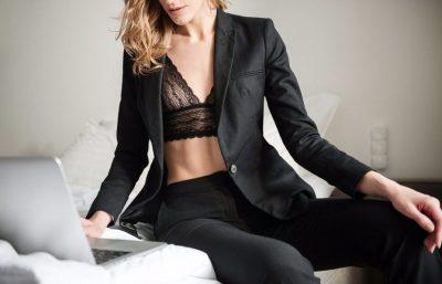 Девушка на кровати с ноутбуком