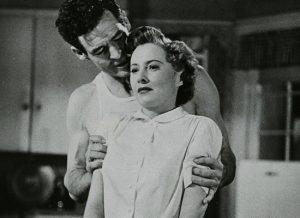 Мужчина держит женщину