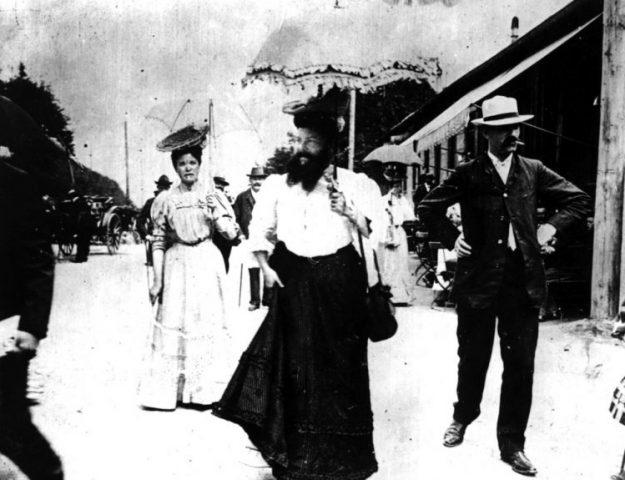 Мужчина в платье, старая фотография