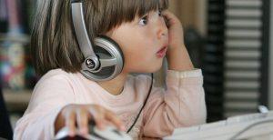 Девочка перед компьютером