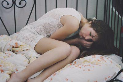 Девушка в кровати