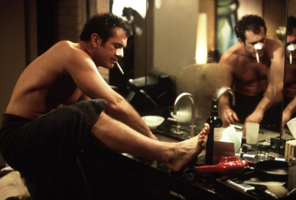 Мужчина бреет ноги